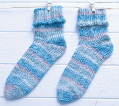 Use a sock loom to knit these socks - nice for the kids and far less fiddly than knitting them with needles! Sock Loom Patterns, Knitting Patterns Free, Knit Patterns, Stitch Patterns, Free Pattern, Knitting Loom Socks, Knitting Stitches, Knitting Needles, Loom Board