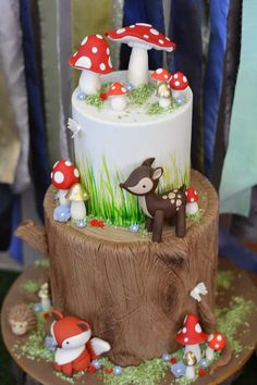 winter woodland animals baby shower decorations | We are swooning over this woodland forest cake from Chole Keer Cake ...