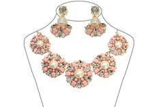Pearl luster set  Set (necklace + earring) embroidered with crystals and pearls to give you an original shine.