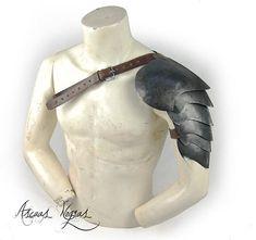 Hombrera escamas para LARP de acero antigo. LARP. Armadura de Larp Armor, Shoulder Armor, Fancy, Armors, Steel, Trending Outfits, Elves, Etsy, World