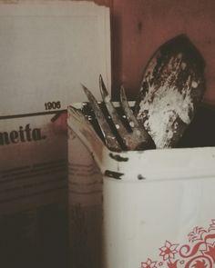 Vanhat ottimet ja kahvee purkki.taustalla vanha sanomalehti