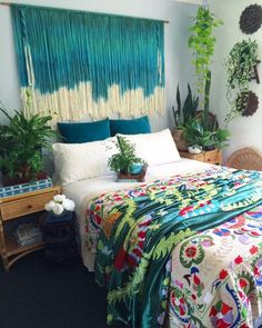 All kinds of decoration and decoration ideas as design, design free of charge are published on our website. You can come to our website to come up with designs that can bring ideas to your mind. How To Have The Perfect Bohemian Bedroom decor decor Bohemian Bedroom Design, Bohemian Room, Bohemian Bedrooms, Bohemian Headboard, Bohemian Decor, Bohemian Style, Dorm Room Headboards, Diy Wanddekorationen, Deco Boheme Chic