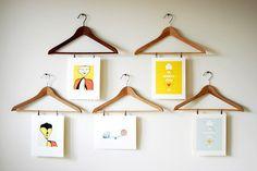 Perchas utilizadas como marcos de fotos caseros / hangers upcycled as frames   Más marcos caseros / More crafted frames ►http://trucosyastucias.com/decorar-reciclando/marcos-de-fotos-caseros #DIY