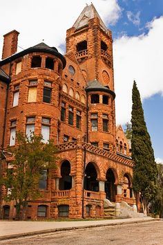 The Preston Castle is located in Lone, California. It was built in 1890 and opened in a Romanesque Revival style. This building originally housed juvenile offenders with the purpose and intent of rehabilitation. Most Haunted, Haunted Places, Haunted Castles, Haunted Houses, Abandoned Mansions, Abandoned Buildings, Abandoned Places, Beautiful Castles, Beautiful Buildings