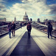 Silent Friday: ¿A dónde te lleva el puente? ... entra y dejanos tu comentario ! - #Londres #London #MillenniumBridge