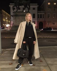 Astonishing Sneaker Outfits Ideas To Make Your Look Good Lounge Outfit, Lounge Wear, Latest Fashion For Girls, Teen Girl Fashion, Sneaker Outfits, Outfit Jeans, Winter Outfits Casual Cold, Skinny Jeans Damen, Coats For Women