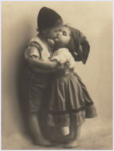 Kissing Is Soooo Cute Photo Postcards, Vintage Postcards, Vintage Images, Costume Castle, Kids Kiss, Old Couples, Beautiful Children, World Heritage Sites, Vintage Photography