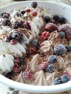 Vanílíás és tejcsokoládés fagylalt, zúzmarás erdei gyümölcsökkel Oatmeal, Breakfast, Food, The Oatmeal, Morning Coffee, Rolled Oats, Essen, Meals, Yemek