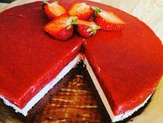Ciasto z musem z białej czekolady i truskawkami | Moje Wypieki Cheesecake, Pudding, Desserts, Food, Tailgate Desserts, Deserts, Cheesecakes, Custard Pudding, Essen