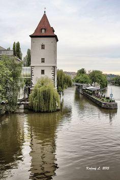 Věž a odraz ve Vltavě
