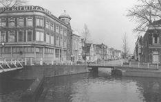 De Turfmarkt gezien vanaf de Gouwe in 1974. Het gebouw op de hoek van de Lage Gouwe en de Turfmarkt werd in 1979 afgebroken. Hierin was voorheen de winkel van J.L. Bruns gevestigd.