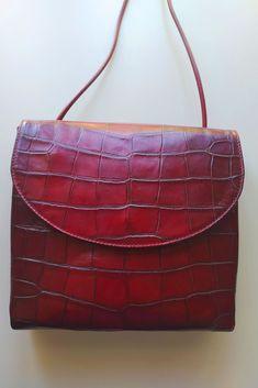 Diese #Handtasche ist praktisch, klasssisch und chic. Etwas für Qualitätsbewusste und Individualisten, die #preiswert kaufen und schöne Materialien, Farben und Oberflächen lieben. Crossover, Shopper, Designs, Kate Spade, Shoulder Bag, Bags, Dark Red, Side Bags, Scarves
