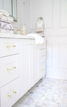5 Stylish ways to Make your Bathroom Feel Custom - easy luxurious tips to style your bathroom like a custom home with towels and accessories Barn Wood Bathroom, Rustic Bathroom Vanities, Boho Bathroom, Bathroom Storage, Small Bathroom, Master Bathroom, White Bathrooms, Master Baths, Rustic Toilets