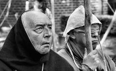 """Toneelspelers laten in het Kruisherenklooster in Ter Apel zien hoe het er in de Middeleeuwen aan toeging. Van der Maesen fotografeert het evenement elk jaar. """"De broeder leidt de blinde en bidt, en de blinde lijdt en bidt,"""" vat hij dit tafereel samen. Door communitylid artinnature - NG FotoCommunity ©"""