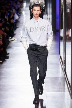 Dior Men Fall 2020 Menswear Fashion Show Collection: See the complete Dior Men Fall 2020 Menswear collection. Look 46 Indian Men Fashion, Mens Fashion, Guy Fashion, Dior Men, Fashion Week Hommes, Male Fashion Trends, Mens Fall, Fashion Show Collection, Casual Street Style