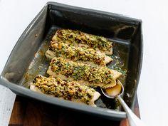 Unter der Haube mit Mandeln und Dörrtomaten gelingen diese Forellenfillets im Nu. Fish Friday, Dinner, Vegetables, Food, Unicorns, Fish Dishes, Almonds, Dinner Ideas, Fish