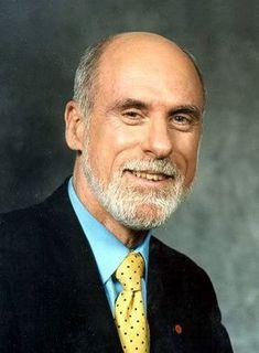 """Vinton """"Vint"""" Gray Cerf est un ingénieur américain, chercheur et co-inventeur avec Robert Kahn du protocole TCP/IP (c'est l'ensemble des protocoles utilisés pour le transfert des données sur Internet).  Elle est appelée TCP/IP, d'après le nom de deux de ses protocoles qui ont été les premiers à être définis. Il est aussi considéré comme l'un des pères fondateurs d'Internet."""