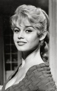 1956 - Cette année marque la sortie au cinéma du célèbre film Et Dieu... Créa La Femme. Brigitte Bardot devient alors une vraie star internationale. Elle ne se sépare pas de ses longs cheveux mais troque sa chevelure brune pour du blond clair, qu'elle tresse pour mettre en valeur son minois. Côté beauty look, elle met son regard en valeur avec un trait d'eyeliner noir. Plus de 50 ans plus tard, l'eyeliner façon baby doll est célèbre dans le monde entier.