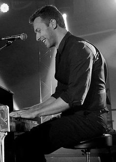Chris Martin of Coldplay. Creatively driven, big-hearted, energetic, and not afraid to be vulnerable through music. And geez, just a gorgeous British man Music Quotes Life, Chris Martin Coldplay, Jonny Buckland, Pop Bands, Music Lyrics, Good Music, My Idol, Singer, Guys