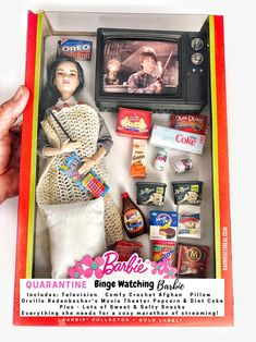 Quarantine Binge Watching Barbie Includes: Television, Comfy Crochet Afghan, and Pillow Orville Redenbacher's Movie Theater Popcorn & Diet Coke Plus – Lots of Sweet & Salty Snacks Everything she needs for a cozy marathon of streaming! Barbie Go, Barbie Doll Set, Barbie House, Barbie And Ken, Barbie Funny, Barbie Life, Movie Theater Popcorn, Barbie Fashionista, Diet Coke