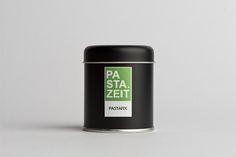 """Du liebst es schnell? Perfekt! Dürfen wir vorstellen: """"Pastafix"""" von Pastazeit ist eine einmalig harmonische mediterrane Gewürzmischung von Knoblauch und Chilis mit italienischen Kräutern. Wie der Name schon verrät, einfach mit etwas Olivenöl und Nudelwasser anrühren und über die fertig gekochten Nudeln träufeln.  #gewürz #scharf #pastazeit #gewürzstreuer #vegan #glutenfrei #paprika #edelsüß #pfeffer #oregano #knoblauch #koriander #rosmarin #basilikum #petersilie #kümmel #meersalz #dose… Dose, Kraut, Angst, Vegan, Design, Parsley, Basil, Noodles, Sea Salt"""