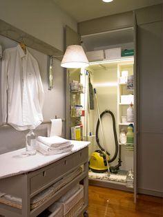 Área destinada a los productos de limpieza: Cocinas de estilo ecléctico de DEULONDER arquitectura domestica