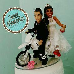 Cake Topper . Noivo moto-trilheiro e noiva bioquímica.  Topo de bolo personalizado by Ateliê Larissa Fuck.
