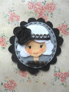 Broche de fieltro.
