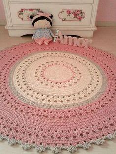 Tapete redondo nos tons crú,cáqui e rosa b.b, ótimo para quarto de meninas, s. Crochet Doily Rug, Crochet Carpet, Crochet Rug Patterns, Crochet Round, Crochet Gifts, Crochet Flowers, Crochet Stitches, Knit Crochet, Knit Rug