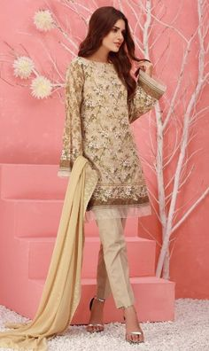 A large number of people in the UK wait for the new trends so they depend on the designer wear. The designer suits have huge levels of customer satisfaction in the UK. Pakistani Clothes Online, Pakistani Outfits, Clothes Online Uk, Suits Uk, Pakistani Designer Suits, Royal Look, Designer Wear, New Trends, Palazzo