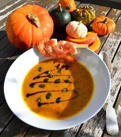 Leckere Kürbis Mango Suppe mit Garnelen und Kokosmilch sie schmeckt durch die Mango fruchtig und der Ingwer und die Chilischote bringen eine leichte schärfe