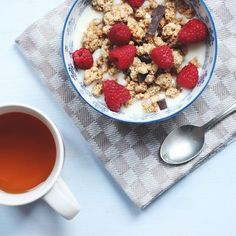 how to style instagram photos like a blogger: cropped - yummy granola + raspberries and hot tea