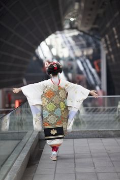 The famous maiko Mamefuji at the Kyoto station! She is a cutie *w* And the first picture is soo gorgeous!(Source of the two picture) Geisha Japan, Japanese Geisha, Japanese Beauty, Japanese Kimono, Japanese Art, Kyoto Japan, Okinawa Japan, Samurai, Obi One