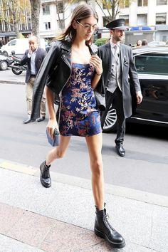 Кайя Гербер в платье Réalisation Par, очках Gigi Hadid for Vogue Eyewear и ботинках Dr. Martens в Париже