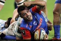Grenoble, France rugby player being tackled The 30 most photogenic people ever Unusual News, Bizarre News, Top 14, France Rugby, Who Plays It, Clash Of The Titans, Song Artists, Rugby Players, Many Men