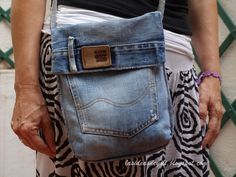 DIY denim bag, could even use as a library bag Diy Denim, Recycled Denim, Jean Crafts, Denim Crafts, Denim Purse, Patchwork Jeans, Denim Ideas, Embellished Jeans, Fabric Bags