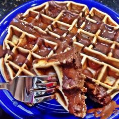 Chocolate Banana Peanut Butter Waffle 42 g Bananas 1 tbsp Natural Unsweetened Cocoa 2 tbsp Chocolate Powdered PB cup Almond Milk - Unsweetened Vanilla cup Gluten Free Quick Cooking Oats 1 scoop PB Cookie MyoFusion 3 tbsp All Whites Liquid Egg Whites Clean Eating Breakfast, Nutritious Breakfast, Breakfast Dishes, Eating Clean, Eating Healthy, Breakfast Ideas, Healthy Food, Healthy Recipes, Healthy Waffles