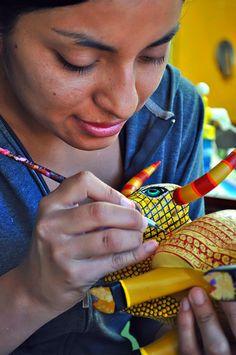 Pintando Alebrijes (figuras de madera) artesanía de Oaxaca