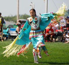 Fancy shawl dancer in turquoise Native American Regalia, Native American Beauty, Native American Photos, American Indian Art, Native American History, American Pride, Fancy Shawl Regalia, Powwow Regalia, Jingle Dress