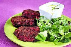 Tuhdit punajuuri-linssipihvit maistuvat raikkaan salaatin ja kermaviilikastikkeen kanssa.