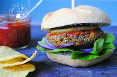 Van linzen kun je heerlijke burgers maken. Lekker op een broodje met sla, ui, augurkjes en ketchup. Een linzenburger is een goed alternatief voor vlees.