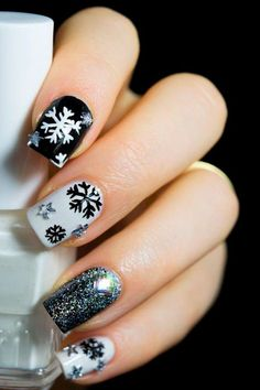 Beautiful Nails 13 Gorgeous & Glittery Snowflake Nail Art Designs for Winter Cute And Classy Mani In Xmas Nails, Holiday Nails, Diy Nails, Christmas Nails, Cute Nails, Snow Nails, Christmas Makeup, Snowflake Nail Design, Snowflake Nails