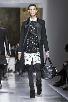 Balmain Menswear Spring Summer 2018 Collection in Paris Male Fashion Trends, Summer Fashion Trends, Mens Fashion, Fashion Outfits, Men's Spring Summer Fashion, Spring Summer 2018, Total Black, Live Fashion, Paris Fashion