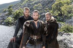 Ragnar (Travis Fimmel), Athelstan (George Blagden), Floki (Gustaf Skarsgard)
