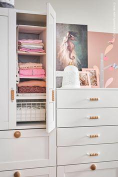Häng upp extra förvaringsfack på klädstången inuti garderoben så kan du sortera och organisera dina barns kläder ännu bättre. RASSLA Förvaring med 5 fack, vit, SMÅSTAD / PLATSA Garderob, vit med ram/med 3 lådor, SMÅSTAD / PLATSA Byrå med 6 lådor, vit med ram. Kids Room, Dresser, Furniture, Home Decor, Baby Grows, Bedroom, Room Kids, Powder Room, Decoration Home