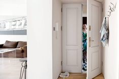 Drzwi wejściowe są nowe. Nieszczędząc kosztów, zrobiono je (tak jakcałą stolarkę wmieszkaniu) nawzór starych -&#...