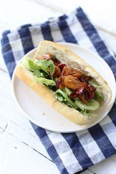 BROODJE HETE KIP | 200 gr kipfilet | 4 (afbak)pistoletjes | halve komkommer | 1 kleine ui | 1 rode peper | halve tl knoflookpoeder | 1 tl paprikapoeder | zout/peper | paar handjes sla | scheut ketjap | 1 paprika Spicy Chicken Sandwiches, Sandwiches For Lunch, Love Food, A Food, Healthy Diners, Snack Recipes, Dinner Recipes, Eating Alone, Happy Foods