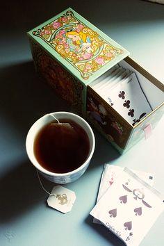 Tea alice in wonderland Tea And Books, Cuppa Tea, Tea Packaging, My Tea, Tea Recipes, High Tea, Drinking Tea, Afternoon Tea, Tea Set