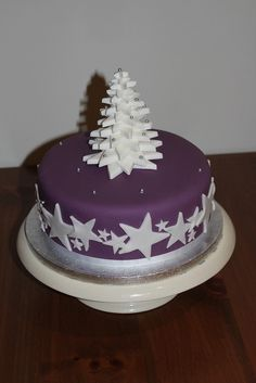 Simple, effective Christmas cake using star cutter - easy to produce in bulk Christmas Cake Designs, Christmas Cake Decorations, Christmas Cupcakes, Christmas Sweets, Holiday Cakes, Christmas Cooking, Xmas Cakes, Christmas Tree, Fondant Cakes