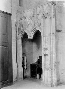 Enfeu de Marguerite d'Ecosse dans la sacristie avant sa restauration, St-Laon, Thouars. - La chapelle a été restaurée récemment par les soins des Monuments Historiques. On voit encore la litre funéraire aux armes de la princesse qui courait autour de la chapelle. Le dais de l'enfeu, sous lequel se trouvait le gisant, une fresque représentant sainte Geneviève telle qu'on la peignait sur les miniatures du Moyen Age, tenant un cierge qu'un diable essaye d'éteindre et qu'un ange rallume.